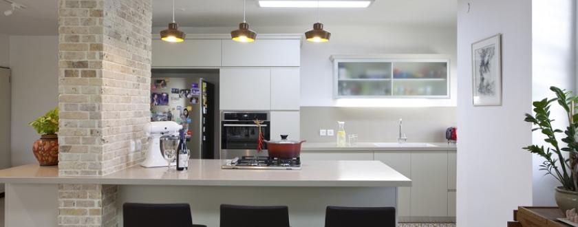 מבט אל המטבח מפינת האוכל
